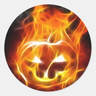 Calabaza de Halloween en el fuego Pegatina Redonda