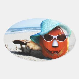 Calabaza de Halloween en la playa Pegatina Ovalada