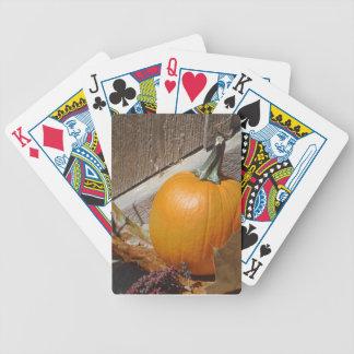 Calabaza en las escaleras de madera viejas cartas de juego