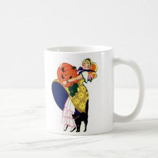 Calabaza que lleva del chica con el gato negro tazas de café