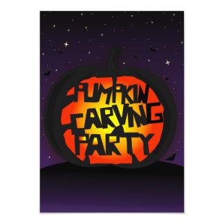Calabaza que talla la invitación de Halloween -
