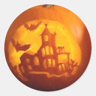 Calabaza tallada casa encantada de Halloween de la Pegatina Redonda