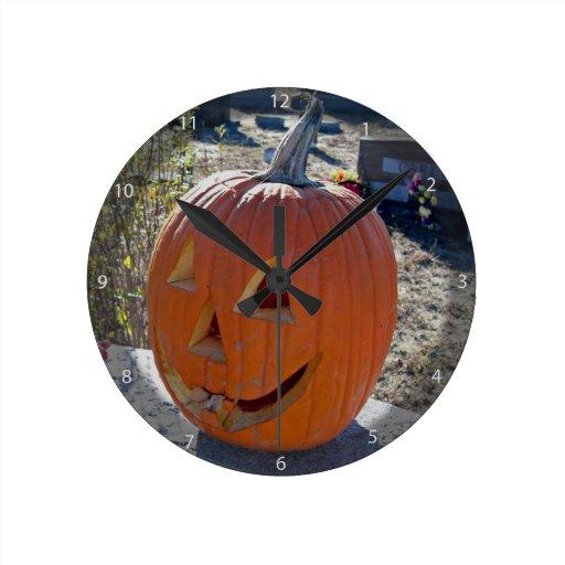 Calabaza tallada en piedra grave reloj redondo mediano