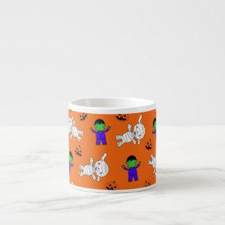 Calabazas anaranjadas lindas de la momia de taza espresso