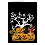 Calabazas de Halloween, pájaros negros y perro del Tarjeton