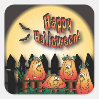 Calabazas de Halloween que se sientan en una cerca Pegatina Cuadrada
