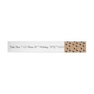 Calabazas de Halloween y palos del vuelo Etiquetas Postales