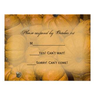 Calabazas de otoño anaranjadas que casan la tarjet comunicado personalizado