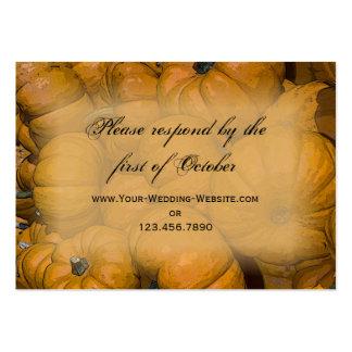 Calabazas de otoño anaranjadas que casan la tarjet tarjetas personales
