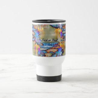 Calabazas fantasmales que flotan en hoja coloreada taza