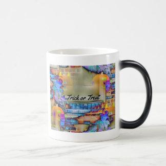 Calabazas flotantes fantasmales en hoja coloreada  taza de café