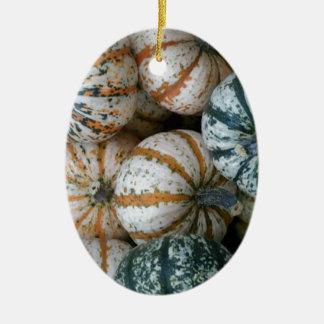 Calabazas multicoloras de la cosecha del otoño adorno navideño ovalado de cerámica