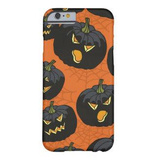Calabazas negras de Halloween en el naranja Funda Barely There iPhone 6