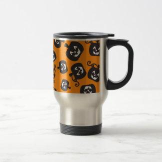 Calabazas negras espeluznantes en fondo anaranjado taza de café
