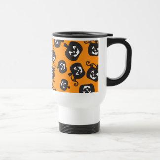 Calabazas negras espeluznantes en fondo anaranjado tazas de café