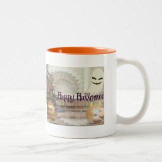 Calabazas y fantasma del feliz Halloween Taza De Dos Tonos