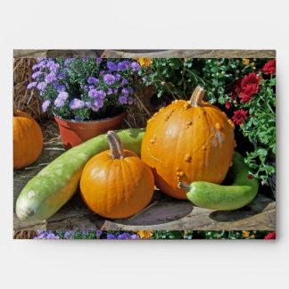 Calabazas y flores de otoño sobres