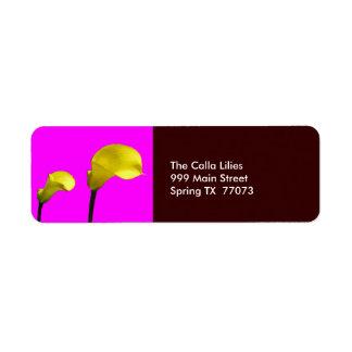 Calas amarillas con la etiqueta de devolución rosa etiqueta de remite