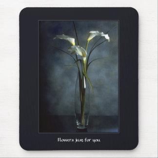 Calas blancas altas en el florero de cristal tapete de ratones