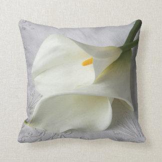 calas blancas en la almohada de tiro de lino