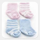 Calcetines azules y rosados del bebé pegatinas cuadradas personalizadas