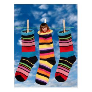 Calcetines brillantemente coloreados tarjetas postales