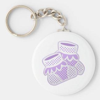 calcetines púrpuras del bebé llavero redondo tipo pin
