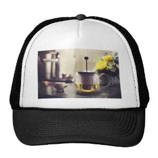 Caldera de cristal y una taza de la porcelana gorras