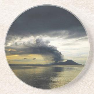 Caldera de Rabaul del volcán de Tavurvur que entra Posavasos Cerveza
