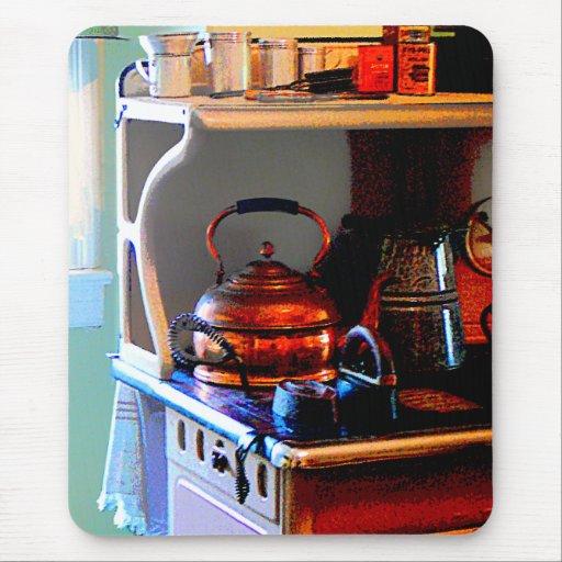 Caldera de té de cobre en estufa tapete de ratón