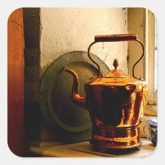 Caldera de té de cobre en Windowsill Pegatina Cuadrada