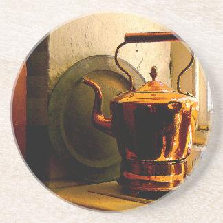 Caldera de té de cobre en Windowsill Posavasos Para Bebidas