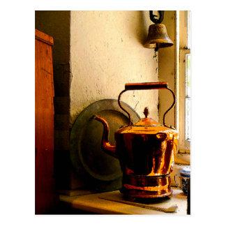 Caldera de té de cobre en Windowsill Postal