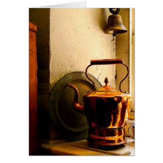 Caldera de té de cobre en Windowsill Tarjeta De Felicitación