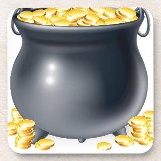 Caldera por completo de las monedas de oro posavasos