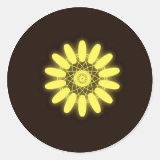 Caleidoscopio amarillo en fondo negro pegatina redonda