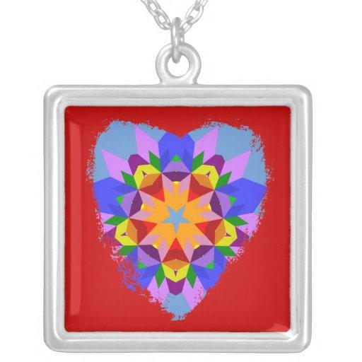 Caleidoscopio colorido del corazón en el collar ne
