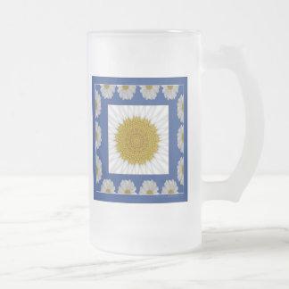 Caleidoscopio de la margarita en marco azul taza cristal mate