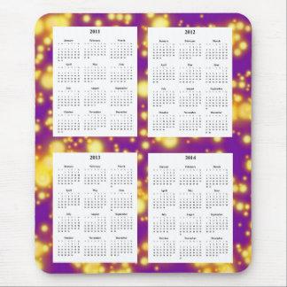 Calendario de 4 años en el diseño púrpura Backgrd. Tapetes De Raton