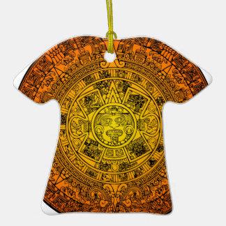 Calendario maya adorno de cerámica en forma de camiseta