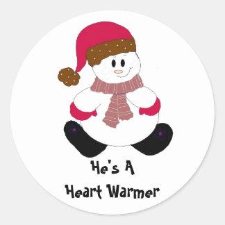 Calentador del corazón del muñeco de nieve pegatina redonda