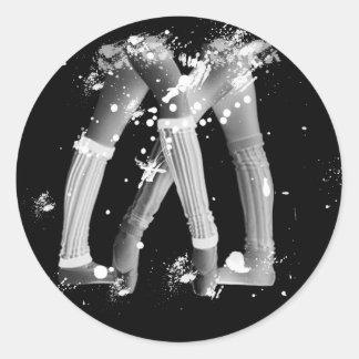 Calentadores de la pierna del Grunge en negro Pegatina Redonda