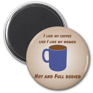¡Caliente y fuerte! El café tiene gusto del imán d