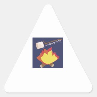 Caliéntese por el fuego pegatina triangular