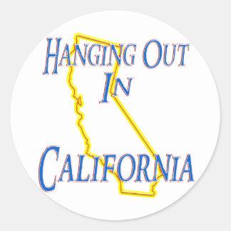 California - colgando hacia fuera pegatina redonda