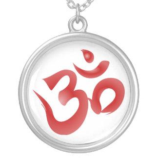 Caligrafía hindú roja de OM Aum Devanagari del Collar Plateado