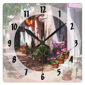 Calle con la galería de arte y el estanquero reloj cuadrado