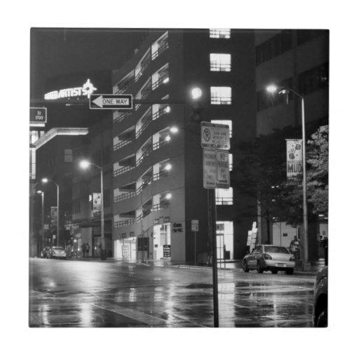 Calle de la ciudad en la noche después de la teja