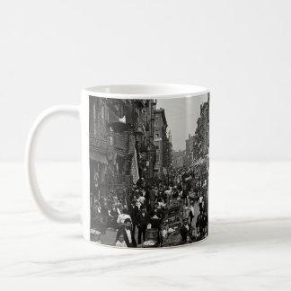 Calle de la mora en New York City, CA 1900 Tazas De Café