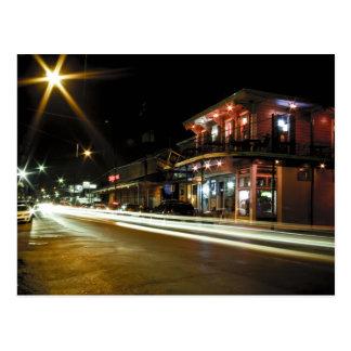 Calle de la revista en la noche postal